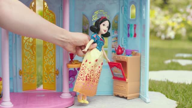 Disney Prinzessin Cinderellas verwandelbare Kutsche und zauberhaftes Märchenschloss - TV-Spot